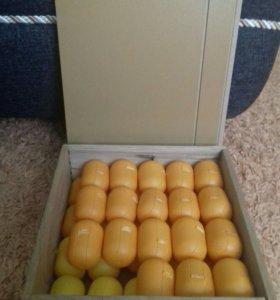 Коробка с, контейнерами от киндера сюрприза.