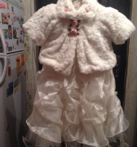 Платья белое с меховой накидкой и розовое