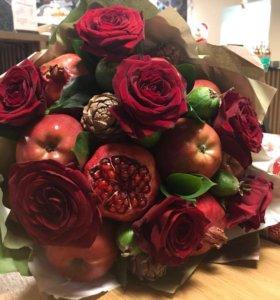 Букет из фруктов с цветами
