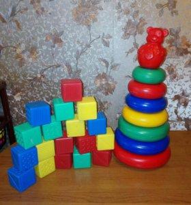 Очень большая пирамидка и большие кубики