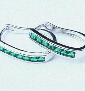 Серебряные сережки с зелеными фианитами