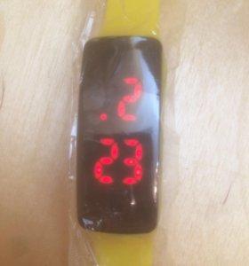 Новые часы, электронные, наручные, цифровые.