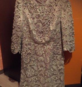 Шикарное кружевное платье с жемчугом