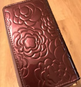 Лакированный кошелёк фиолетового цвета с розами