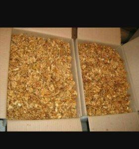 Орехи целый и чищинный.