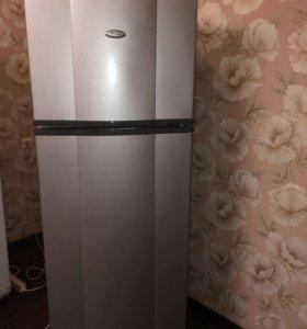 Холодильник Whirlpool.
