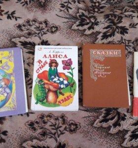 4 книги: Сказки Андерсена, Алиса в стране чудес