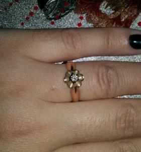 Золотое кольцо с брилиантом.