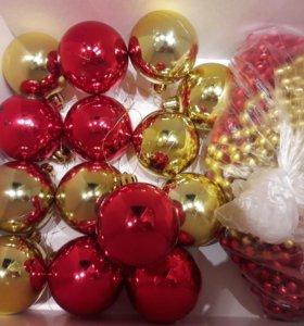Новогодние шарики пластмассовые и бусы на елку