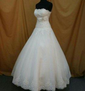 Свадебные платья и атрибутика.