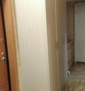 Шкаф трехдверный и тумба в прихожую.