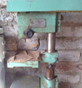 Сверлильный станок с двигателем