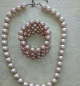 Комплект украшений: бусы и браслет.