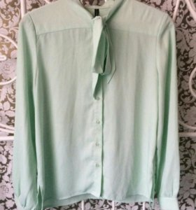Блузка мятного цвета.