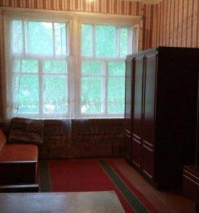 Сдаётся одна комната в трёх комнатной в центре . К