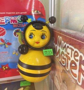 Неваляшка пчелка