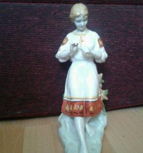 Статуэтка фарфор Гадание на ромашке