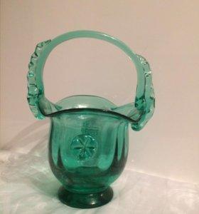 Конфетница . Зеленое стекло.