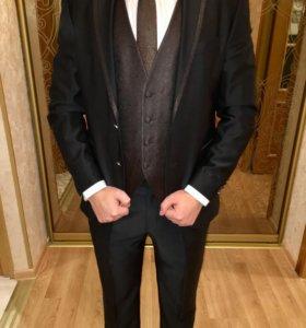 Стильный мужской костюм тройка,итал.брэнд Manzetti