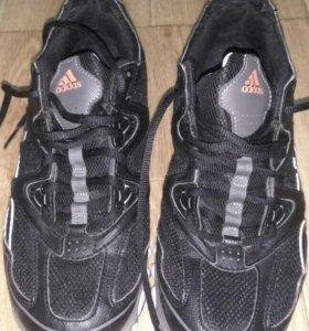 Кроссовки для бега adidas.