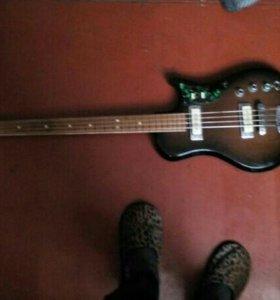 Продам срочно басс гитару в хорошим состояние