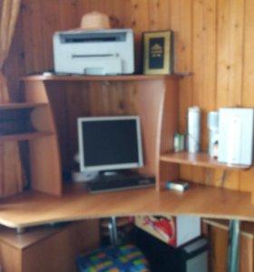 Компьютерный стол вместе с компьютером