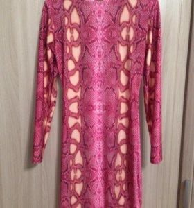 Платье розовое с принтом(новое)