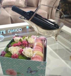 Подарочная коробка с цветами и Macarons