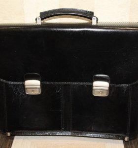 Черный кожаный портфель