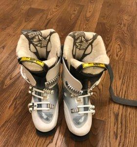 Комплект: горные лыжи, палки, ботинки