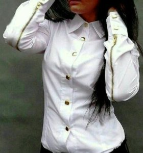 Блузка белая с замочками на рукавах