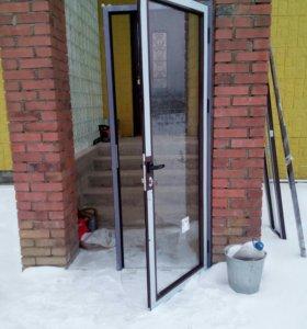 Дверь из алюминиевого коричневого профиля