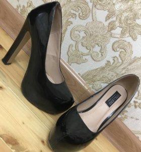 Туфли чёрные , лаковые