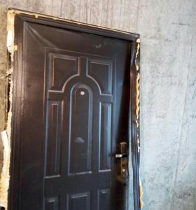 Дверь демонтированная, есть повреждения