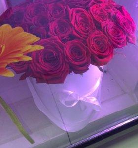 Белая шляпная коробка с красными розами