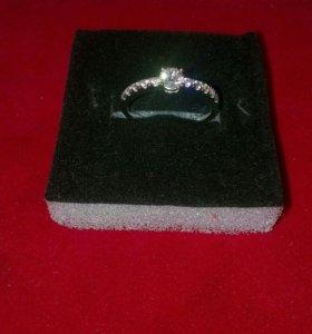 Кольцо с белыми сапфирами