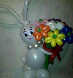 Зайка из шаров с букетом ромашек
