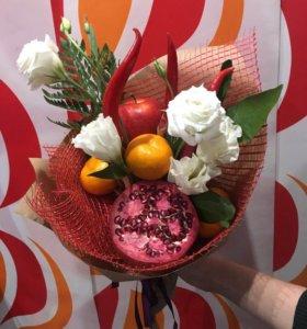 Букет из фруктов и овощей с живыми цветами