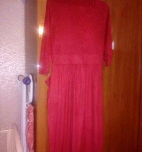 Платье красное до колен с большими карманами.