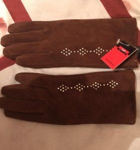 Замшевые перчатки.