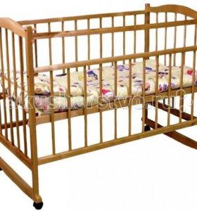 Детская кроватка на колесиках