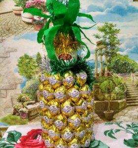 Подарок ананас из конфет