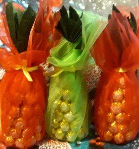 Елка и ананас из конфет