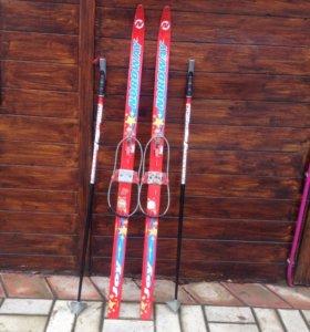 Лыжи с палками и креплениями