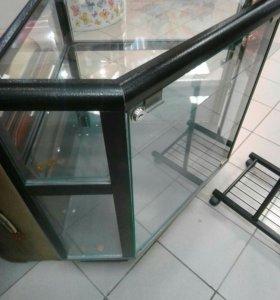 Угловой стекляный шкаф
