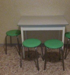 кухонный стол и четыре табуретки