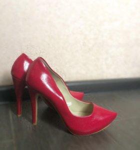 Яркие туфли Bershka