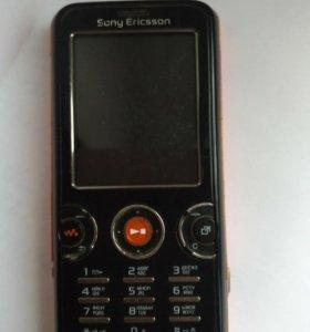Телефон Sony Ericsson + зарядное устройство.