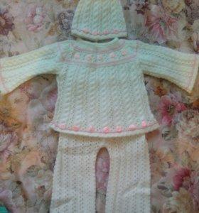 Костюм вязанный, молочного цвета с розочками.