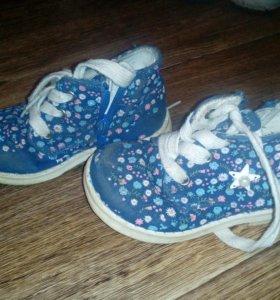 Детские ботинки на шнурках